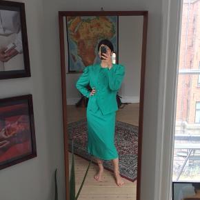 Vintage sæt i flot turkisblå med mange stylingmuligheder. Str. S/M. Blazer+nederdel.