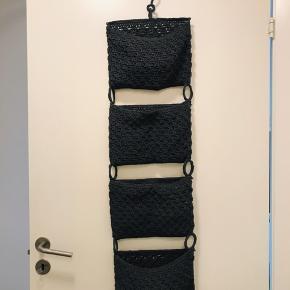 Opbevaring til badeværelse/soveværelse. I lækker hæklet materiale☺️ ingen brugstegn.