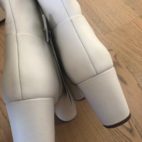 Ankelstøvlerne er fra H&Ms Premium Quality. De er lavet af læder. Støvlerne er aldrig brugt og har derfor stadig sit prismærke på, men de har lidt snavs på sig, små og få ridser på snuden og snavset sål som følge af prøvning. (Se billeder) :)