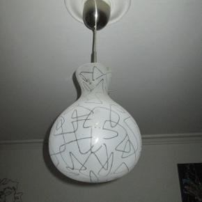 Smuk glas pendel i flot design. Giver super smukt lys.  Kan afhentes i København NV  Pris: 150,-