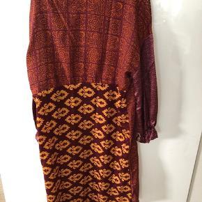 Fineste kjole med simili-sten og smukkeste mønstre. Nypris 999.   Kun brugt få gange. Stand er derfor næsten som ny.