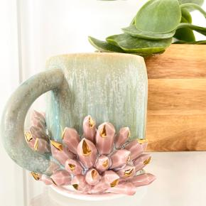"""👉🏼 UNIK Keramik kop med krystaller 💖 Tæt på umulige at få fat i, da hun kun producerer ganske få og har udsolgt i løbet af 10 sekunder, så snart hun åbner for nye kunstværker (bogstavelig talt 😅). Det er kun lykkedes mig én gang, at få fat i en.  ℹ️ Kunster: Katie Mark - Silver Lining Ceramics, Oregon, USA ℹ️ Håndlavet, håndmalet, original, signatur, 22 karat guld anvendt.  👉🏼 🛍 Se gerne resten af mine annoncer og følg min profil, for tøj, boligtilbehør, krystaller, krystalsmykker m.m. Der kommer løbende mere til.  👉🏼 🎁 Tryk """"Køb nu"""", tilføj evt. flere ting og jeg sender senest dagen efter."""
