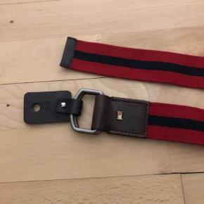Varetype: Bælte Størrelse: 100 Farve: Rød Prisen angivet er inklusiv forsendelse.