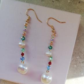 Fineste ørehængere i guld med farvede perler samt hvide ferskvandsperler🌸