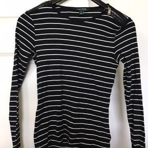 POLO RALPH LAUREN Langærmet trøje Farve: Sort og hvid Str. S Lynlås detalje ved skulderne Brugt 1 - 2 gange. Ingen tegn på slid