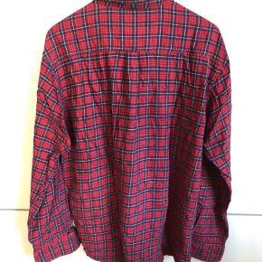 #Secondchancesummer Lækker ternet skovmandsskjorte i Bordeaux med mørkeblå og hvide striber. Er brugt men fremstår uden synlig slitage eller skrammer.