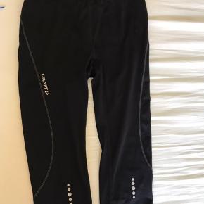 Knælange tights med regulerbar elastikbånd i taljen, samt lomme til mobil bagpå.