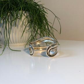 Flotteste armbånd i solid sølv, som er laver af en sølvsmed. Det renses nemt med salt og kogende vand.  Det er aldrig blevet brugt!