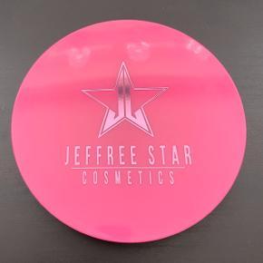 Jeffree Star Skinfrost i farven Lavender Snow.  Kun swatchet.   FAST PRIS: 100 kr. + porto