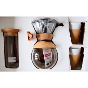 Stand: Aldrig brugt.  Nypris: 1.000 kr.   Kaffebrygger-sæt i kork fra Bodum, der blev udgivet i forbindelse med Magasin du Nords 150 års jubilæum.  Jeg har aldrig haft det i brug, kun haft det ude af originalæsken. Jeg sælger helst sættet samlet, men...  Indeholder: Pour Over Kaffebrygger med filter, 1 L 2 x Bistro Porcelænskrus med kork, 0,17 L Yohki Opbevaringsglas med korklåg, 1 L Cork Tray Severingsbakke, 45 X 30 cm Spooni Måleske, 7 g  Byd endelig ☺️