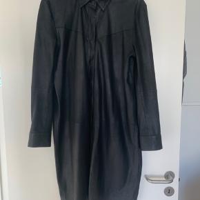 Flotte skind jakke/kjole i blødt lækkert skind  Sælger da jeg gerne vil have en 42 i stedet.  I butikkerne nu