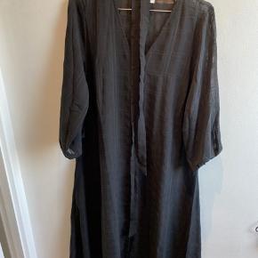 Smuk A-formet kjole med bindebånd i taljen.