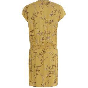 Mærke: Coster Copenhagen  Farve: Valley Print, Gold Spice  Størrelse: Normal  Materiale: 100 % viscose   Super smuk kjole i et fantastisk print og dejlig farve. Kjolen er med v-udskæring og et lille ærme, der er elastik i kjolen ved taljen eller hoften, kommer an på hvor man vil sætte det. To skrå lommer foran og fin slå om effekt i skørtet.