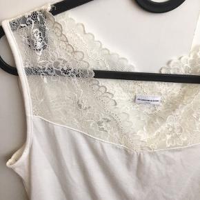 Brystvidden 86cm  Sød top med blonde i toppen fra Jacqueline De Yong🌸 Toppen er brugt få gange🌸 Desværre er vaskeanvisningen klippet af🌸