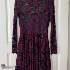 Ganni kjolen er nærmest ikke brugt, så den kan bruges til fester eller kommende julefrokoster. Byd gerne☺️