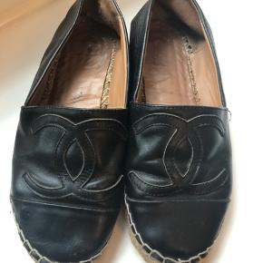 Chanel espadrilles i størrelse 36.   De er godt slidte (som vist på billederne) og ville have godt af et besøg hos en skomager. Derfor sælges de selvfølgelig også relativt billigt.  Jeg har selv købt dem brugt og har derfor ikke original kvittering.