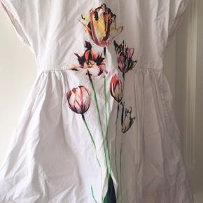 Den fineste sommerkjole i skøn tynd og blød bomulds kvalitet. Længere bagtil. Virkelig smuk. Skal ses og mærkes!