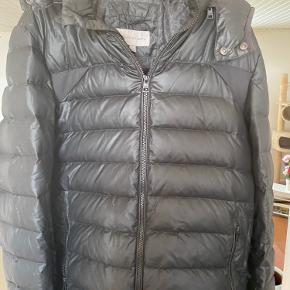 Calvin Klein dun jakke sælges det er str L Den har 2 små minimale huller 1 på ærmet og 1 på brystet ellers en meget pæn og velholdt jakke  500 kr
