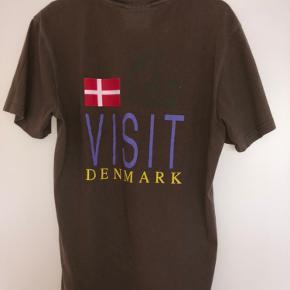 En rigtig fed t-shirt fra Han Kjøbenhavn, som er spritny og næsten aldrig brugt. Den er lidt oversized i størrelsen.   Den er købt i magasin i Aarhus, så har derfor kvitteringen.