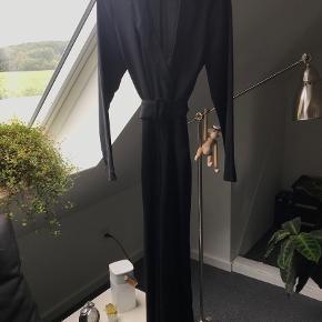 Smuk sort buksedragt med bælte Brugt én nytårsaften Kom med et bud:)