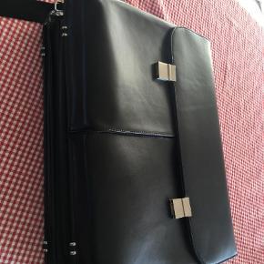 Brand: Dicota Varetype: Computertaske Størrelse: 44x32x8( kan udvides til 17 cm) Farve: Sort  Sort kraftig taske med mange rum. Spørg om det du vil vide