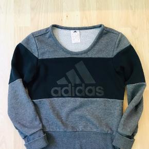 Adidas bluse Str. 9-10år (140) Brugt 2-3 gange, er som ny. Sælges da knægten havde for meget tøj.  En smart bluse som kan bruges til både drenge og piger.