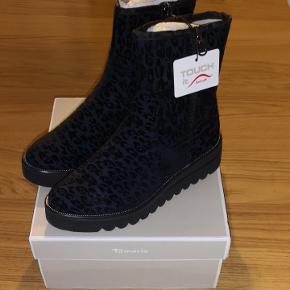 Super lækker støvle, med blødt fór.  Sælges da de desværre er lidt for små ☹️  Fra røg og dyre frit hjem.