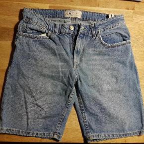 """Varetype: shorts herre kr 50 Størrelse: 30"""" Farve: Blå Oprindelig købspris: 300 kr.  zara men str. 31 - livvidde 80 cm. lynlåslukning. så gode som nye brugt et par gange."""