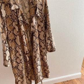 Lækker sommer jakker, den er luftig og har bælte i så kan sagtens strammes hvis det ønskes :)