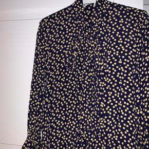 Lang mørkeblå kjole med gule prikker 🔥 Bindebånd ved halsen, der enten kan bindes som en sløjfe foran eller bindes i nakken.  Knapper hele vejen ned.  Brugt, men i rigtig fin stand.