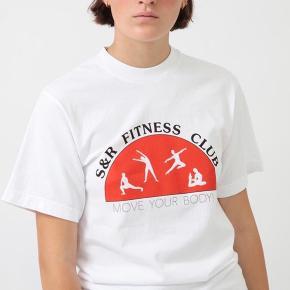 sporty & rich t-shirt købt for stor. er helt ny køber betaler fragt