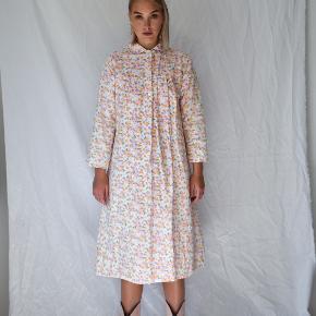 💛Fuldstændig unik vintage gown i 100% bomuld (perfekt til efteråret) fra CoutureCrash Vintage.  Passer alt fra en XS-Medium & modellen er 174 cm. høj (kjolelængde er 113 cm.)   ALTID GRATIS FRAGT!    🌈 GÅ TIL WWW.CCVINTAGE.DK / @couturecrashvintage FOR AT SE FLERE VINTAGE STYLES & FLERE BILLEDER.