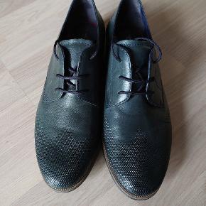 Skoene har været brugt 1 gang. Navy farvet. Skind.