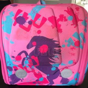 HUUG/YUU tasken er den perfekte skoletaske, weekendtaske, til sport og ferier.  Den kan sættes fast i bilen på forsædets nakkestøtte som underholdning for barnet under turen. Skal man ud og flyve er tasken også velegnede som håndbagage i flyet.– Lækkert pink udvendigt med heste, kaniner og katte og pink og lilla indvendigt.   Tasken har masser af lommer og rum, skriveplade til at folde ned og er ergonomisk designet til at støtte børns rygsøjle.   YUUtasken er velegnet til børn i alderen 7-12 år.  Nypris 700 kr