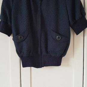 Så flot kort jakke/blazer/cardigan. Det står 40 i den, men den er lille i str og svarer bedre til en 36/lille 38.