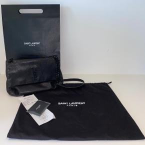 Sælger denne fine taske West Hollywood fra YSL - da jeg har forelsket mig i en anden 🥴😍   Ingen brugstegn. Alt medfølger.  Købt i Berlin i foråret 2017 ☀️   Din pris: 8.500kr x evt fragt (kan afhentes i Viborg)  Kontakt mig på: 5353 7704 for flere billeder eller information :-)