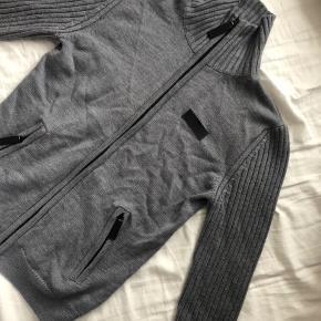 Meget lækker 100% merino uld trøje fra Burberry med lynlås og lommer. Næsten som ny