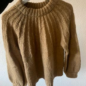 Trøjen er brugt men stadig lækker og uden fnuller.