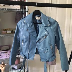 Helt ubrugt lyseblå bikerjakke/læderjakke i imiteret læder. Aldrig brugt - stadig med prismærke. Sælges fordi jeg har for mange jakker 😅