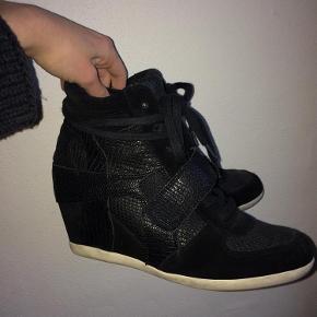 Varetype: Ash sneakers med wedge hæl Farve: Sort Oprindelig købspris: 1700 kr. Prisen angivet er inklusiv forsendelse.  Jeg sælger mine lækre ash sneakers med wedge hæl.  Hælen er 7 cm De er stort sæt ikke brugt. Skoæske følger med.