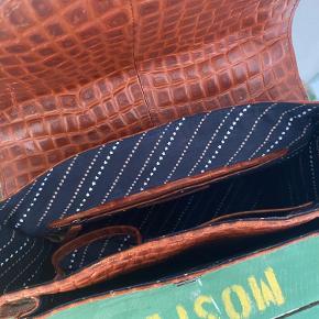Super fed taske fra Becksöndergaard i modellen Mara Croc 🍁 Brugt i en periode for 2 år siden, men ingen tydelige tegn på slid! Tasken er 100% læder og har masser af plads og rum. 2 typer rem medfølger.