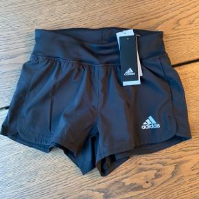 2in1 shorts fra Adidas (ekstra lag indvendig). Aldrig brugt: nypris 280kr)