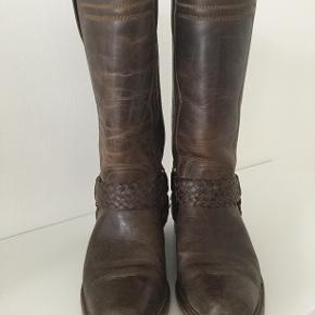 Super lækre håndsyede støvler fra Sancho Boots. Westerninspireret stil i brunt skind. Støvlerne er i virkelig god stand.