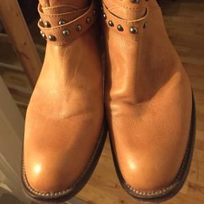 Skønne cool støvler( stort set .. som nye undtagen lige 2 gange brugt-ses blot under støvlen måske ting JEG ikke kan se 🤔str 38-Tilsvarende formoder jeg måske 38,5. Ægte skind med nitter mv. Nypris  mener 1450! Kr. Jeg er ryger