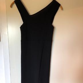 Sort kjole med forskellige tykkelse stropper