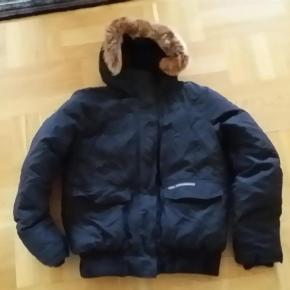 1bfdef6c8f2 Varetype: jakke Farve: Sort Oprindelig købspris: 3200 kr. Prisen angivet er  inklusiv