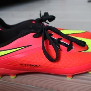 Næsten helt nye smarte Nike unisex fodboldstøvler i str 38(små i størrelsen). Kun brugt få gange på kunstgræs. De fejler ingenting og er fuldstændig rene.  Farven er pink med gule Nike logo.   Returnere eller bytter ikke.