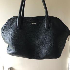 Lækker DKNY-taske i læder (mener det er kernelæder) Stor indvendig lynlåslomme + tre mindre lommer med elastik.  Meget fin stand. Hentes i Farum eller sendes med DAO på købers regning. Eventuelt TS-gebyr på købers regning.