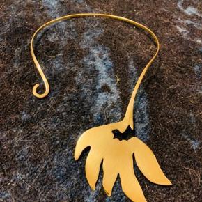 Brugt en gang.  Sjældent DAY halssmykke i gyldent metal.  Prisen er mindsteprisen.