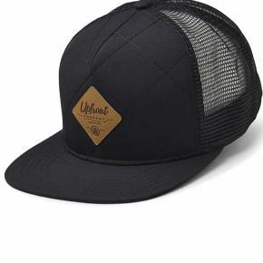 Varetype: Fed sort quilt trucker snapback capStørrelse: one size Farve: sort Oprindelig købspris: 300 kr. Prisen angivet er inklusiv forsendelse.  Giv et bud, bytter ikke ☺